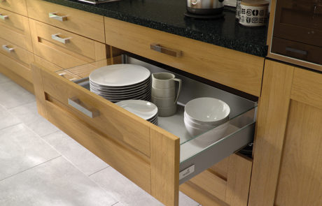 modern-contemporary-classic-windsor-shaker-oak-kitchen-hettich-drawer